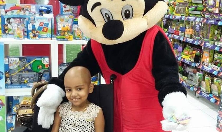 Sophia luta há 2 anos contra a leucemia. (Foto: Reprodução/Facebook)