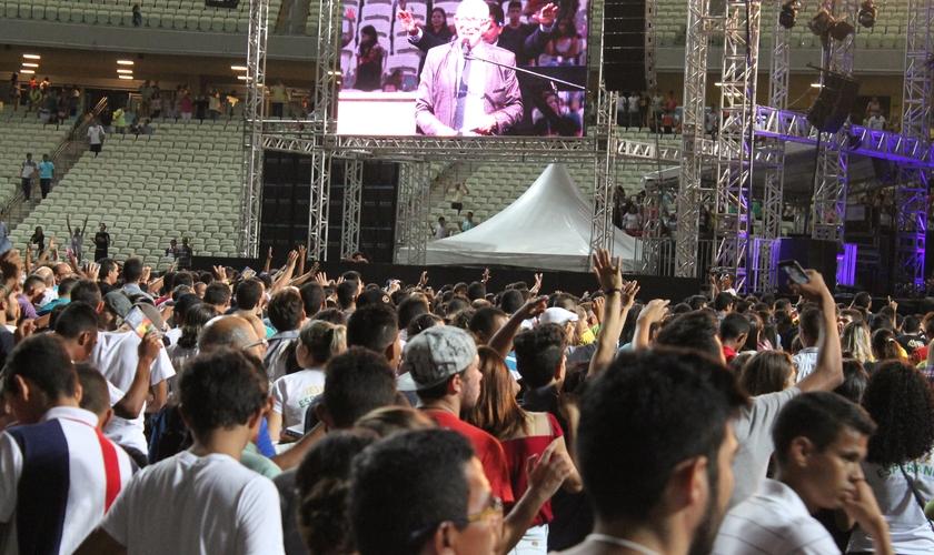 Segundo a assessoria de imprensa do evento, mais de 800 pessoas atenderam ao apelo feito pelo pastor Jorge Linhares e correram para a frente do palco, em atitude de consagração (Foto: Guiame)