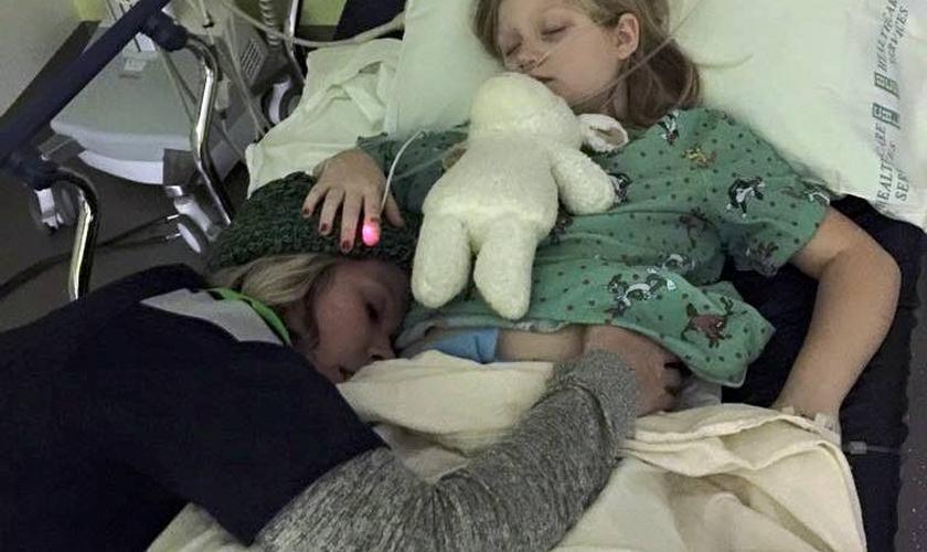 Natalie Grant e sua filha na UTI (Foto: reprodução/Facebook)