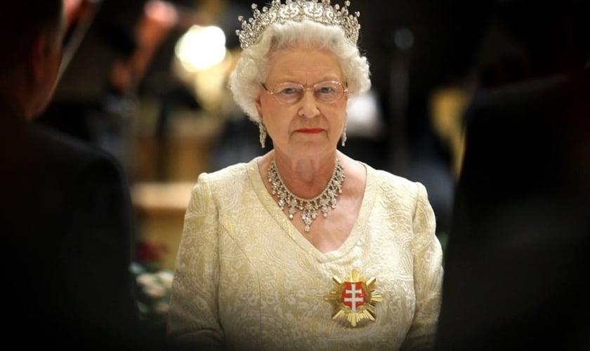 Elizabeth II é Rainha do Reino Unido e Governadora Suprema da Igreja da Inglaterra. Em alguns de seus reinos, ela possui ainda o título de Defensora da Fé. (Foto: Chris Jackson/Getty Images)