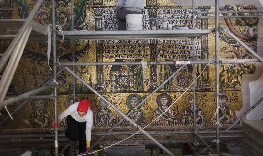A renovação está sendo conduzida por uma equipa conjunta de engenheiros, especialistas em restauração e trabalhadores palestinos e italianos. (Foto: AP Photo/Nasser Nasser)