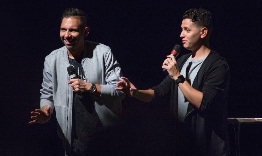 Chris Mendez (à esquerda) é pastor das igrejas em São Paulo e Buenos Aires. (Foto: Divulgação/Hillsong São Paulo)