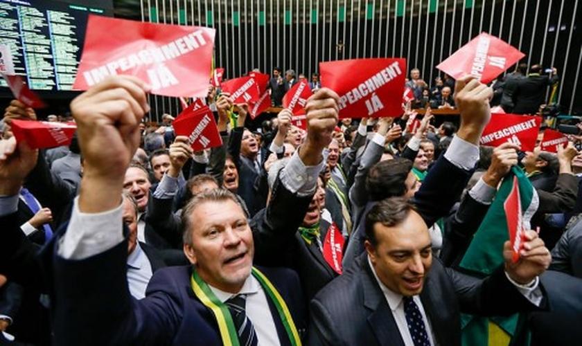 """Deputados exibem cartões com a frase """"impeachment já"""" no Plenário da Câmara. (Foto: Folha.com)"""