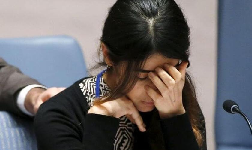 A iraquiana Yazidi, Nadia Murad Basee, de 21 anos, se emociona ao compartilhar seu testemunho aos membros do  Conselho de Segurança dos Estados Unidos. (Foto: Reuters)