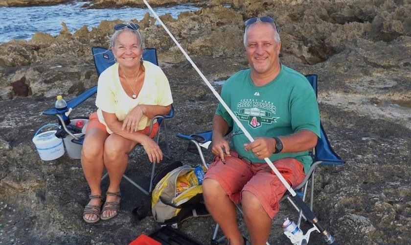 Teri Nichols (à esquerda) e seu marido, o missionário Harold Nichols (à direita), brutalmente assassinado na Jamaica. (Foto: Facebook)