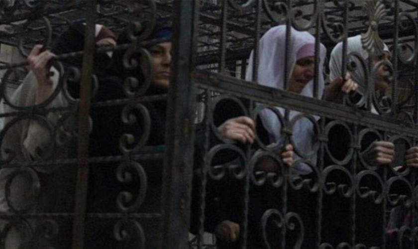 Mulheres são aprisionadas pelo Estado Islâmico em gaiolas, como forma de punição. (Foto: Ah Tribune)