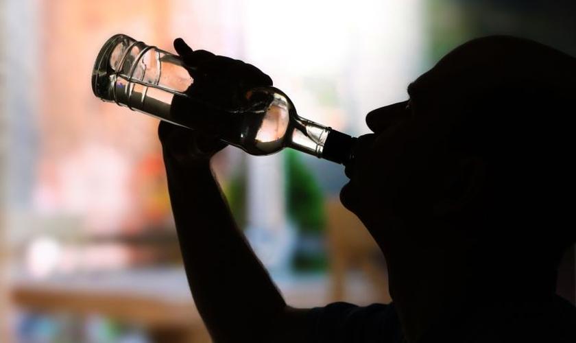 """Participantes relataram """"um certo grau de desejo por álcool após ver as imagens, e menos desejo por álcool após fazer uma oração. (Foto: Reprodução)"""