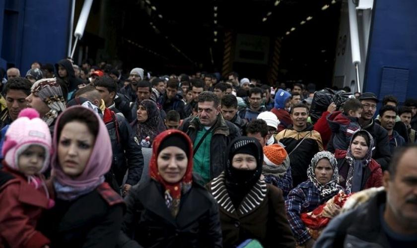 Refugiados sírios chegam a bordo de uma balsa de passageiros ao porto de Pireu, em Atenas, Grécia, no dia 29 de outubro de 2015. (Foto: Reuters)