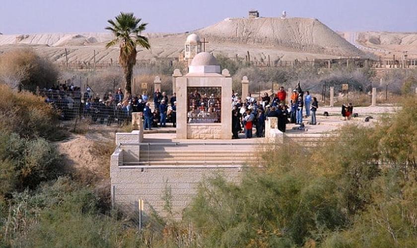 Um grupo de peregrinos na Cisjordânia visualizam o local do batismo de Jesus, enquanto cercas os mantêm fora da zona de minas. (Foto: Alamy Stock Photo)