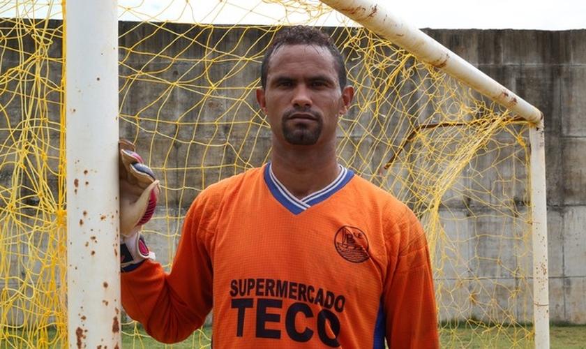 Bruno aproveita o campo da Apac para continuar treinando como goleiro. (Foto: Globo Esporte)