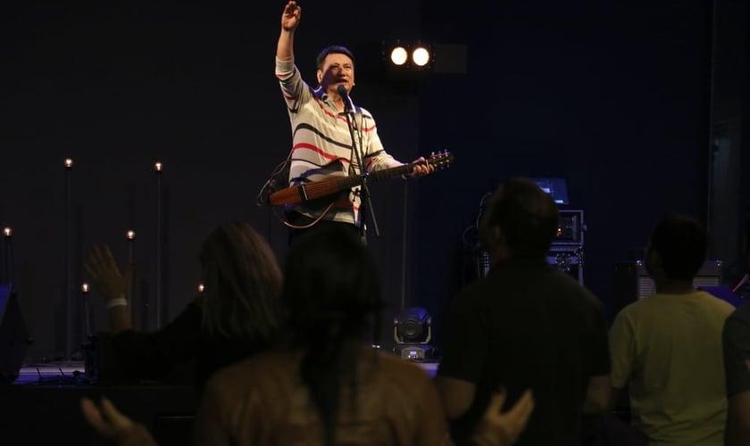 """Pastor Massao Suguihara durante a Conferência de Intercessão e Adoração """"O Som da Noiva"""". (Foto: Guiame/ Marcos Paulo Corrêa)"""