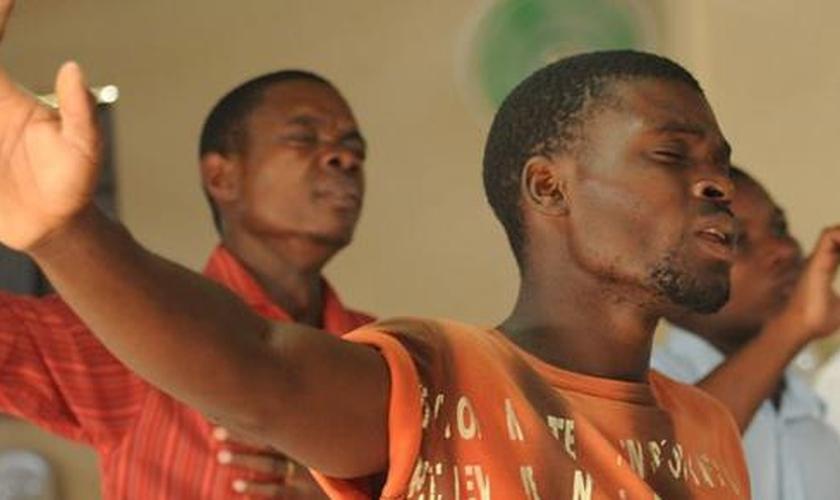 Cristãos participam de culto em igreja africana. (Foto: Premier)