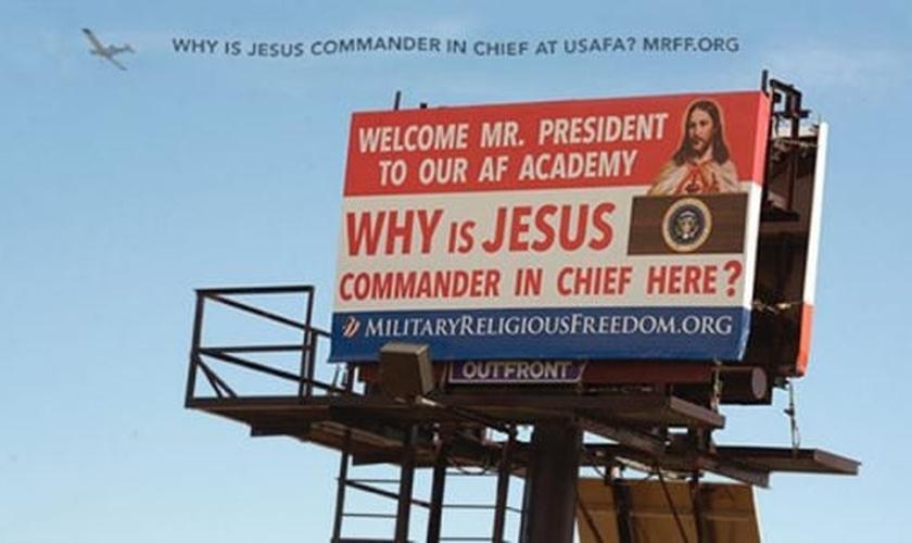 """""""Sr. presidente, seja bem-vindo à nossa Academia [da Força Aérea]. Por que Jesus é o comandante-chefe aqui?"""", dizem as palavras do outdoor. (Foto: Reprodução/Fundação Liberdade Religiosa Militar)"""