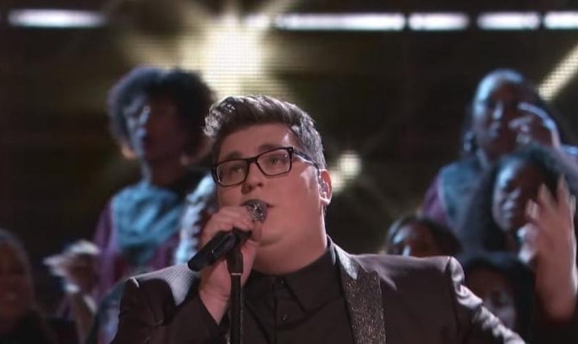 """Em novembro de 2015, o cantor interpretou um hino conhecido como """"Tú És Fiel, Senhor"""" e provocou uma reação surpreendente no público. (Foto: Reprodução)."""