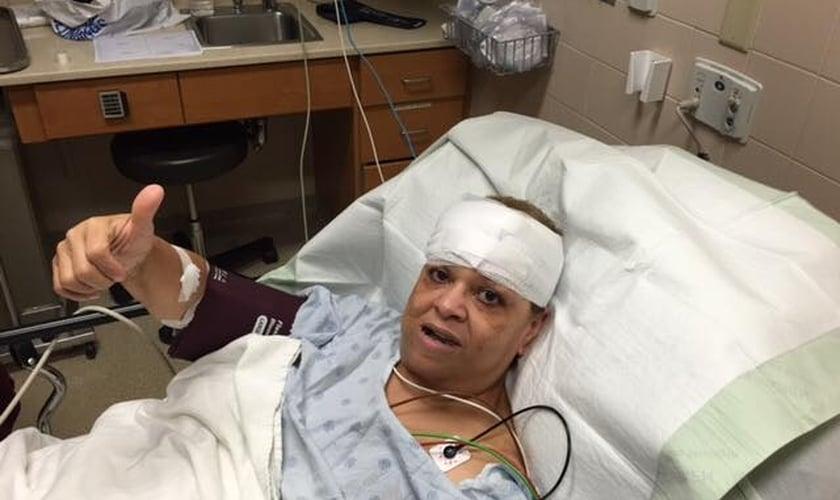 Pastora Yolande Palmore já recebeu alta do hospital e está esperando liberação médica para pegar o voo de volta para o Texas. (Foto: Facebook)