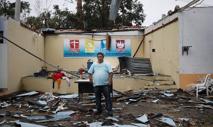 O pastor Paulo Moreira pregava ministrava a Santa Ceia quando o temporal atingiu a Igreja do Evangelho Quadrangular de Jarinu. (Foto: Zanone Fraissat/Folhapress)