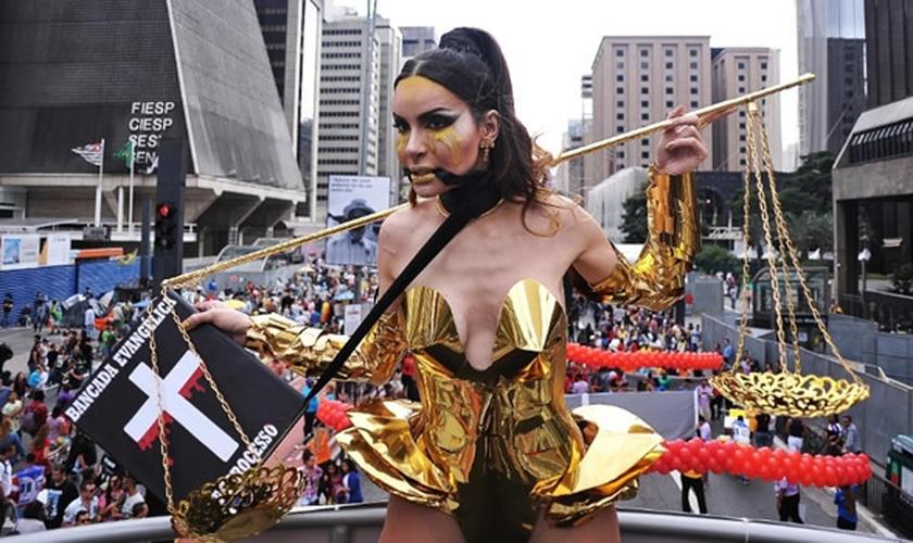 Transexual Viviany Beleboni desfilou na Parada Gay (2016) com uma representação da Bíblia que parece amordaçá-la. (Foto: Cenag)