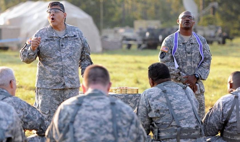 """Desde seu afastamento do serviço militar, Gordon tem liderado o ministério """"Pray In Jesus Name"""". (Foto: US Army)"""
