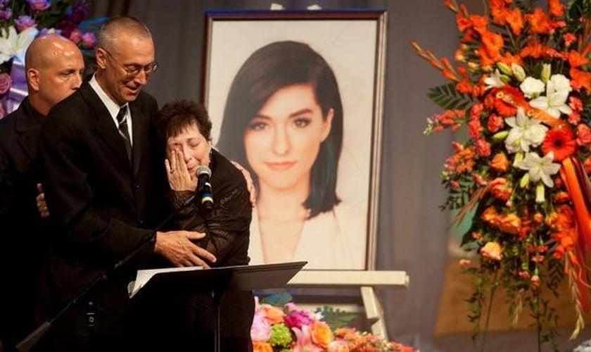 A cerimônia foi acompanhada por membros de sua família, incluindo seu pai, Albert Grimmie, que falou, emocionado, que sua fé continua firme em Deus, apesar da dura perda. (Foto: Reuters)