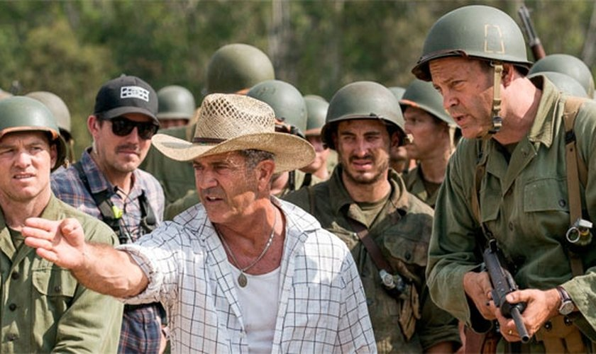 Mel Gibson dirigindo cenas de Hacksaw Ridge. (Foto: JC Magazine)