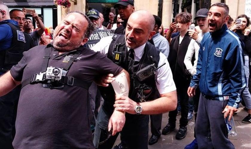 Momento da prisão de Michael Overd, enquanto pregava nas ruas de Bristol. (Foto: BBC)