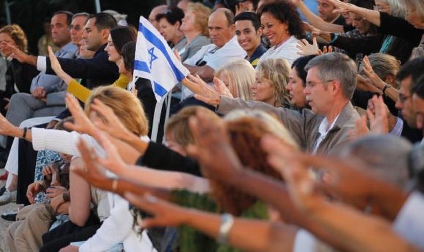 Evangélicos em momento de oração por Israel, em Jerusalém. (Foto: Tomer Appelbaum)
