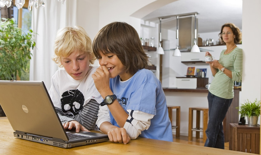 Crianças acessam a internet em notebook. (Foto: HypeScience)