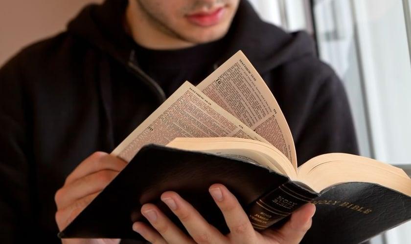 Imagem ilustrativa. Jovem em leitura da Bíblia Sagrada. (Foto: Reprodução)