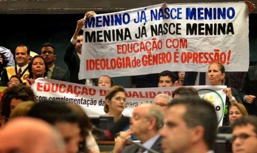 Protesto contra a ideologia de gênero em audiência pública na Câmara. (Foto: José Cruz/Agência Brasil))