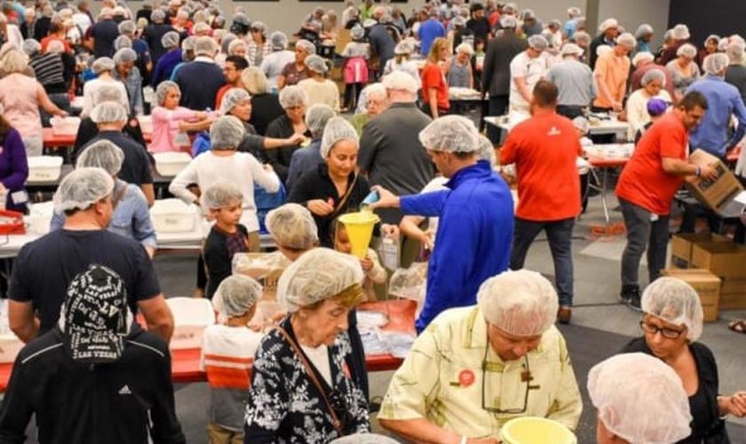 """Membros da 'Christ Fellowship' se reúnem anualmente para realizar a ação """"Make a Meal"""" (""""Prepare um Alimento"""") e enviar os mantimentos para países onde muitos sofrem com a fome. (Foto: FACEBOOK / CHRIST FELLOWSHIP ROYAL PALM)"""