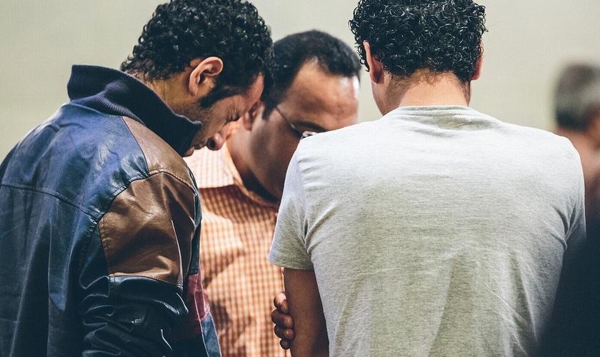 Muçulmanos convertidos oram em igreja na Europa. (Foto: Walid Shoebat)