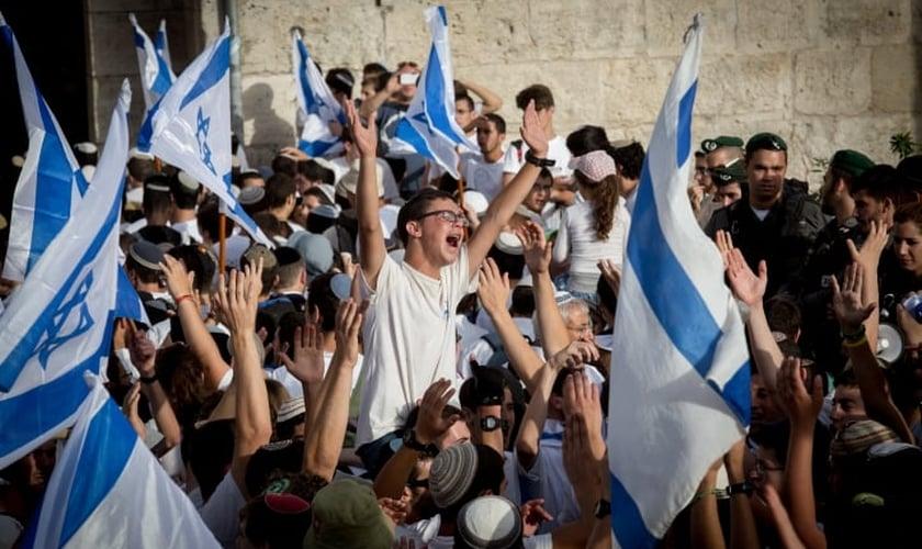Judeus celebram no Monte do Templo. (Foto: The Times of Israel)