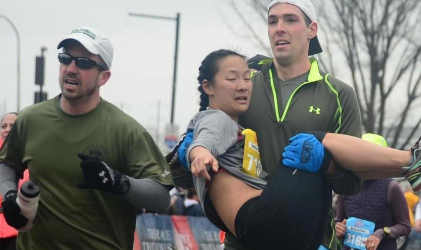 A estudante foi carregada por corredores até a linha de chegada. (Foto: Love Run Philadelphia Half Marathon/Runners World)