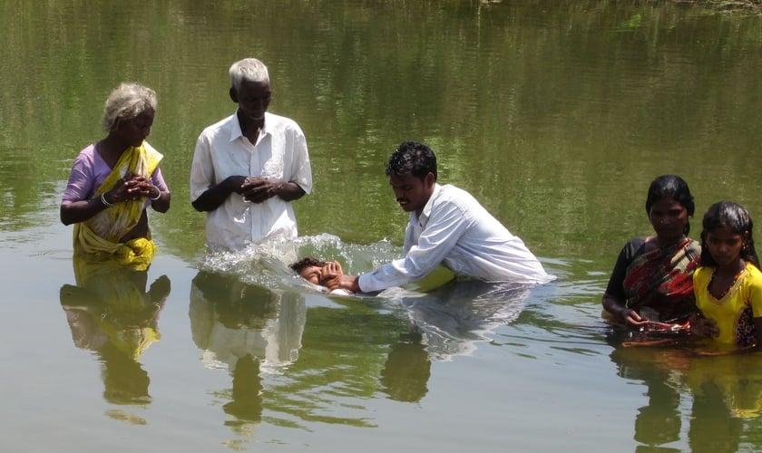 Pastor batiza recém-convertidos na Índia. (Foto: Bring Good News international)