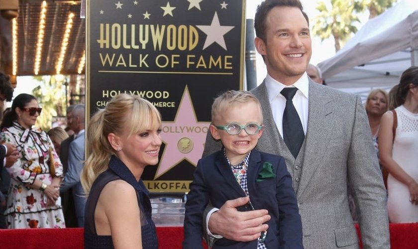 Chris Pratt ao lado da esposa e do filho, na Calçada da Fama, em Hollywood. (Foto: Getty Images)