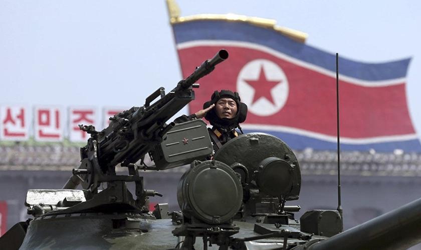 Soldado da Coreia do Norte dentro de tanque de guerra. (Foto: AP Photo/ Wong Maye-E)