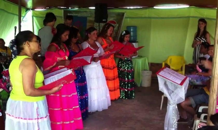 Cristãos ciganos realizam culto em tenda nômade, em São Paulo. (Foto: Reprodução/Junta de Missões Nacionais)