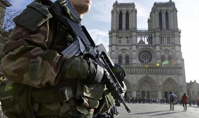 Soldado francês armado em frente à catedral de Notre Dame em Paris, na França. (Foto: Reuters/Philippe Wojazer)