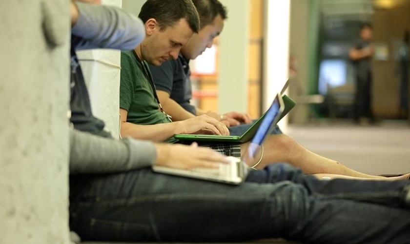 Programadores cristãos estão unindo seus conhecimentos sobre tecnologia para o Reino de Deus. (Foto: Code for the Kingdom)