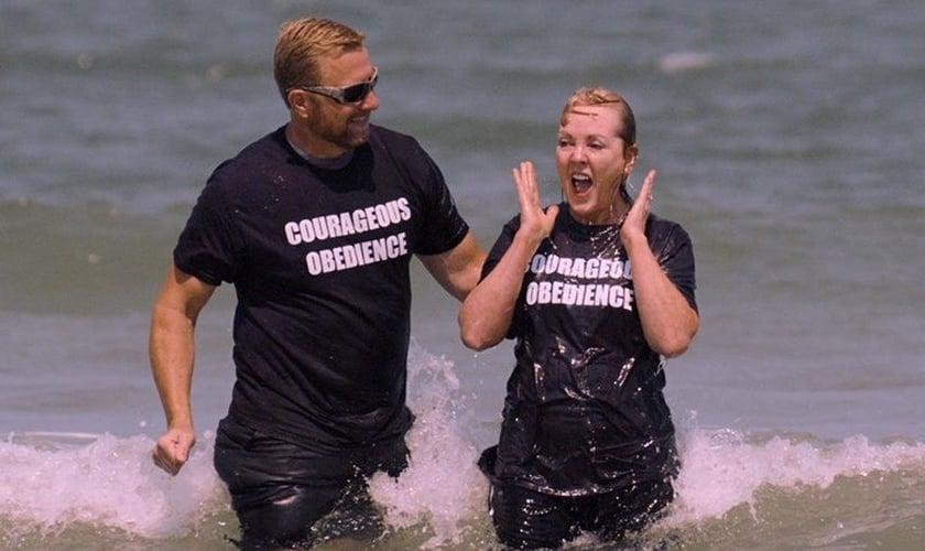 Barbara Ringer é batizada pelo pastor Scott Yirka, em Fleming Island. (Foto: Baptist Press)