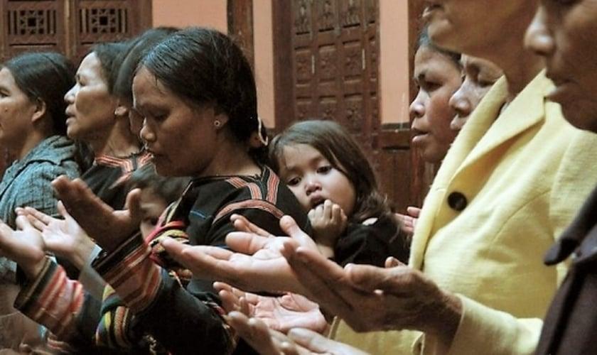 Cristãos oram durante culto no Vietnã. (Foto: Portas Abertas)