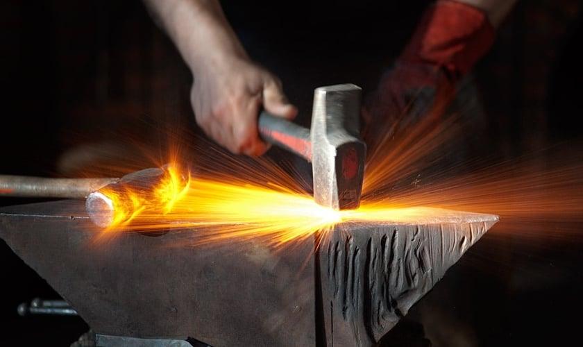 Ferreiro forjando ferro. (Foto: Photo Alquimia)