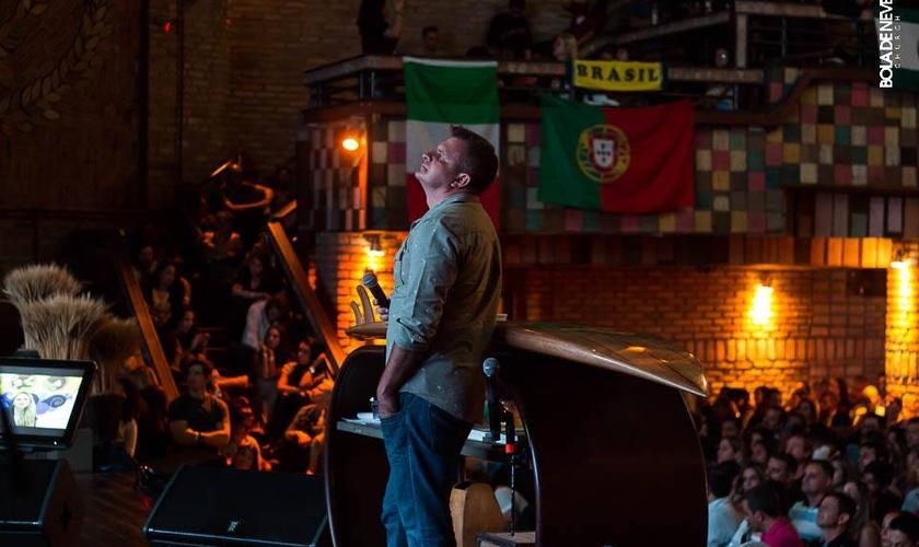 Ap. Rina durante um culto em São Paulo. A foto foi usada para preservar a identidade dos frequentadores na Rússia. (Foto: Divulgação/Bola de Neve)
