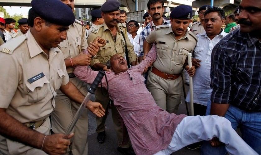Dalit cristão é preso após protestar contra a perseguição religiosa, na Índia. (Foto: Reuters)