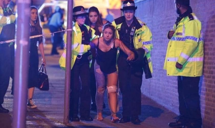 Jovem ferida é ajudada por policiais após explosão. (Foto: Joel Goodman/LNP)