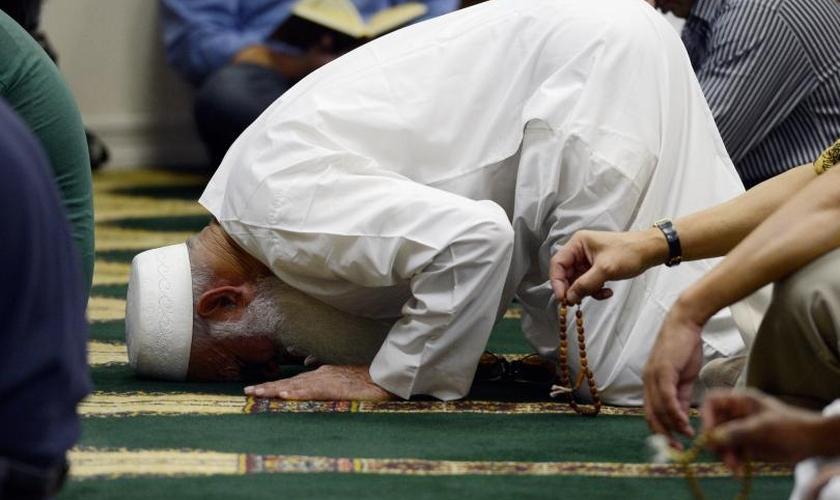 Muçulmanos em tradicional momento de oração. (Foto: Getty Images)