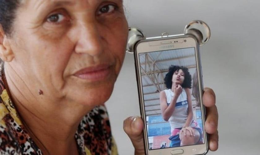 Rosilene Alves Ferreira com o celular da filha, Maria Eduarda. (Foto: Fabiano Rocha)