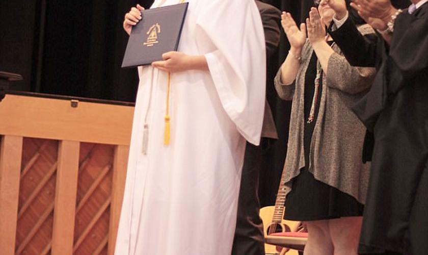 Maddi recebeu seu diploma em uma cerimônia feita pela Igreja Metodista Unida. (Foto: Students For Life of America)