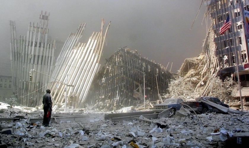 Homem em frente aos escombros de uma das torres do World Trade Center, nos EUA. (Foto: Doug Kanter/AFP/Getty Images)