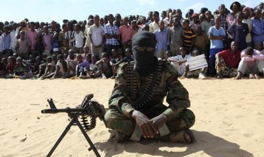 Membro do grupo militante Al-Shabaab durante manifestação pública em Mogadíscio, capital da Somália. (Foto: Reuters/Feisal Omar)